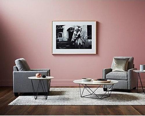 wohnzimmer mit dunklem holzboden und rosa wandfarbe