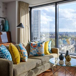 Foto di un soggiorno moderno con pareti grigie e pavimento in legno massello medio