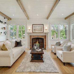 フィラデルフィアのカントリー風おしゃれな独立型リビング (フォーマル、白い壁、淡色無垢フローリング、標準型暖炉、レンガの暖炉まわり、ベージュの床) の写真