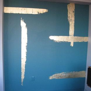 ニューヨークの小さいアジアンスタイルのおしゃれなLDK (緑の壁、無垢フローリング) の写真