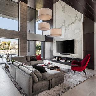 Geräumiges, Offenes Modernes Wohnzimmer mit bunten Wänden, Wand-TV, beigem Boden und Keramikboden in Miami