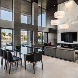 Inspiration för ett mycket stort funkis allrum med öppen planlösning, med flerfärgade väggar, klinkergolv i keramik, en väggmonterad TV och beiget golv