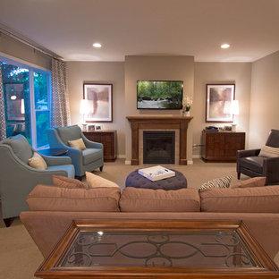 ミネアポリスの中サイズのトランジショナルスタイルのおしゃれな独立型リビング (ベージュの壁、カーペット敷き、標準型暖炉、木材の暖炉まわり、壁掛け型テレビ) の写真