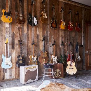 他の地域の中くらいのトラディショナルスタイルのおしゃれなLDK (ミュージックルーム、マルチカラーの壁、磁器タイルの床、グレーの床) の写真