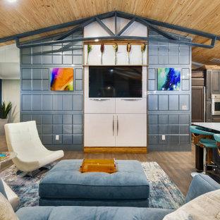 マイアミの中サイズのエクレクティックスタイルのおしゃれなリビング (青い壁、竹フローリング、暖炉なし、埋込式メディアウォール、茶色い床) の写真