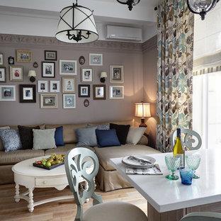 Foto de salón abierto, clásico, pequeño, con paredes marrones y suelo de madera clara