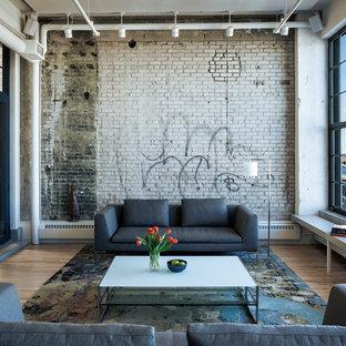 Idéer för ett stort industriellt vardagsrum, med ljust trägolv