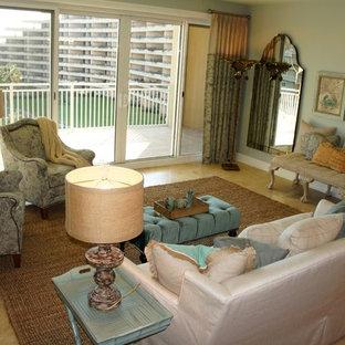 マイアミの中サイズのビーチスタイルのおしゃれなLDK (緑の壁、トラバーチンの床、暖炉なし、壁掛け型テレビ) の写真