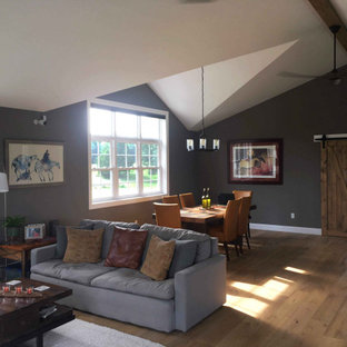 Idee per un soggiorno american style di medie dimensioni e stile loft con pareti verdi, parquet chiaro, TV autoportante e pavimento giallo