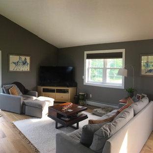 Ispirazione per un soggiorno stile americano di medie dimensioni e stile loft con pareti verdi, parquet chiaro, TV autoportante e pavimento giallo