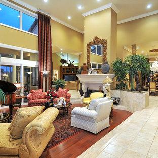 Ispirazione per un ampio soggiorno classico con sala della musica e pareti gialle