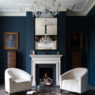 ロンドンのヴィクトリアン調のおしゃれな独立型リビング (フォーマル、青い壁、標準型暖炉) の写真