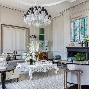 Esempio di un ampio soggiorno tradizionale aperto con sala formale, pareti grigie, pavimento in legno massello medio, camino classico e cornice del camino in intonaco
