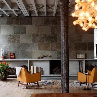 ニューヨークの小さいインダストリアルスタイルのおしゃれなリビングロフト (グレーの壁、無垢フローリング、暖炉なし、テレビなし) の写真