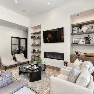 サクラメントの広いコンテンポラリースタイルのおしゃれなLDK (青い壁、横長型暖炉、茶色い床、壁掛け型テレビ、フォーマル、無垢フローリング、漆喰の暖炉まわり) の写真