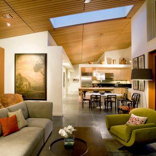 Esempio di un soggiorno contemporaneo aperto con pareti bianche e pavimento in ardesia