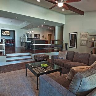 Esempio di un grande soggiorno design chiuso con sala formale, pavimento in mattoni, camino classico, cornice del camino in legno, TV a parete, pareti grigie e pavimento rosso