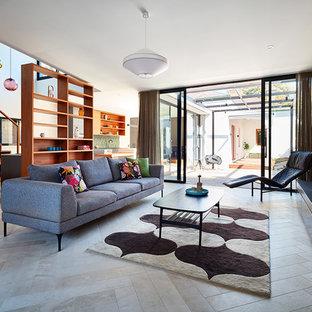 Diseño de salón abierto, contemporáneo, con suelo de baldosas de porcelana, chimenea tradicional, paredes beige, marco de chimenea de piedra y suelo beige