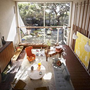 Diseño de salón minimalista con suelo de ladrillo