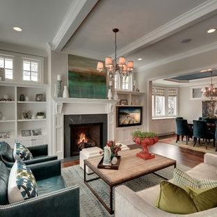 Repräsentatives, Fernseherloses, Abgetrenntes Klassisches Wohnzimmer mit beiger Wandfarbe und Kamin in Minneapolis
