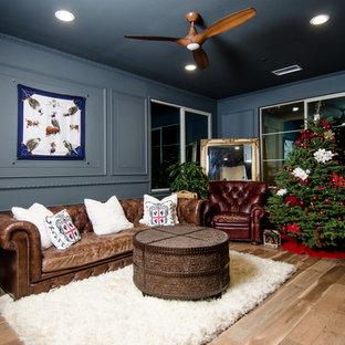 Immagine di un piccolo soggiorno vittoriano chiuso con pareti grigie, pavimento in laminato, TV a parete e pavimento marrone