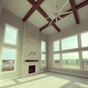 他の地域の中くらいのカントリー風おしゃれなLDK (グレーの壁、カーペット敷き、標準型暖炉、石材の暖炉まわり、壁掛け型テレビ、白い床) の写真