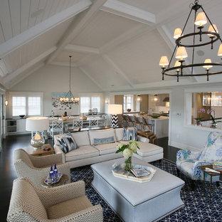 Diseño de salón abierto, marinero, grande, con paredes grises, suelo de madera oscura y chimenea tradicional