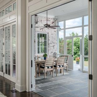 Idee per un soggiorno chic aperto con pareti bianche, pavimento in travertino e pavimento blu