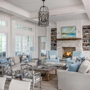 Foto de salón para visitas abierto, de estilo de casa de campo, con paredes blancas, suelo de madera oscura, chimenea tradicional, suelo marrón y marco de chimenea de piedra