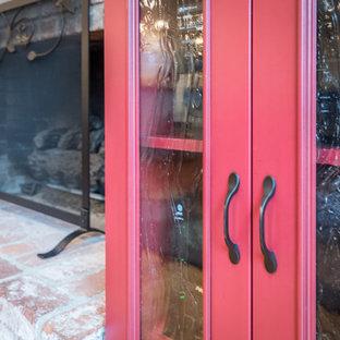 サクラメントの中サイズのコンテンポラリースタイルのおしゃれなLDK (ベージュの壁、無垢フローリング、標準型暖炉、レンガの暖炉まわり、壁掛け型テレビ) の写真