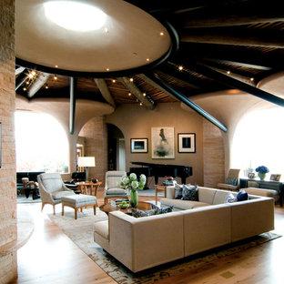 Foto di un ampio soggiorno american style aperto con pavimento in bambù, sala della musica e pareti beige
