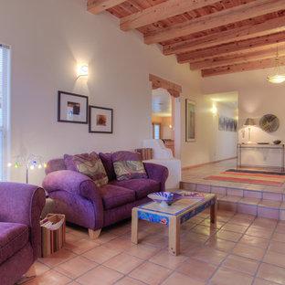 アルバカーキの中くらいのサンタフェスタイルのおしゃれな独立型リビング (フォーマル、白い壁、テラコッタタイルの床、暖炉なし、テレビなし、オレンジの床) の写真