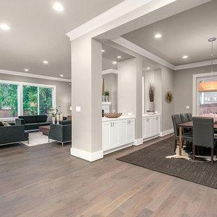 Idee per un grande soggiorno stile americano aperto con pareti grigie e pavimento in legno massello medio