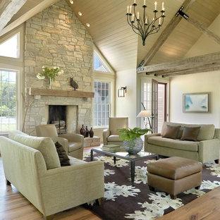 Idee per un soggiorno classico aperto con camino classico, cornice del camino in pietra, nessuna TV e pareti beige