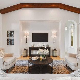 Idee per un grande soggiorno mediterraneo aperto con pareti bianche, TV a parete, nessun camino e pavimento arancione