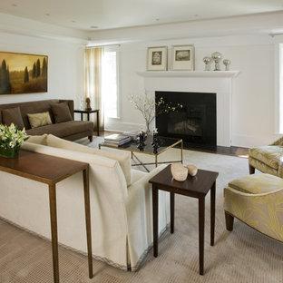 Großes, Repräsentatives, Fernseherloses, Abgetrenntes Modernes Wohnzimmer mit weißer Wandfarbe, Kamin, dunklem Holzboden und braunem Boden in New York