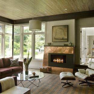 Cette photo montre un salon tendance avec un mur beige et une cheminée ribbon.