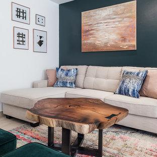 他の地域の小さいコンテンポラリースタイルのおしゃれな独立型リビング (緑の壁、淡色無垢フローリング、壁掛け型テレビ、白い床) の写真