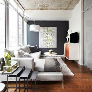 トロントのトラディショナルスタイルのおしゃれな独立型リビング (黒い壁、無垢フローリング、暖炉なし、壁掛け型テレビ、茶色い床) の写真