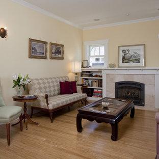 Immagine di un soggiorno stile americano con cornice del camino piastrellata