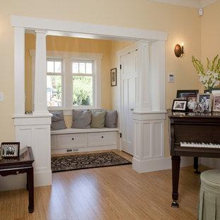 Idee per un soggiorno american style con sala della musica e pareti arancioni