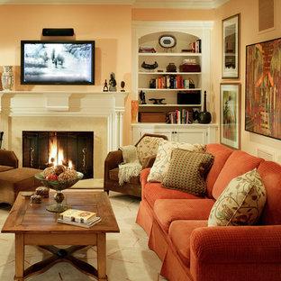 Mittelgroßes, Abgetrenntes Klassisches Wohnzimmer mit beiger Wandfarbe, Kamin, verputztem Kaminsims und Wand-TV in New York