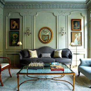 Exemple d'un salon victorien avec une salle de réception, un mur vert, un sol en bois clair et aucun téléviseur.