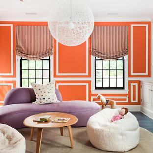 Exemple d'un salon chic avec un mur orange.