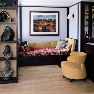 Esempio di un soggiorno minimal di medie dimensioni e chiuso con pareti bianche, parquet chiaro e parete attrezzata