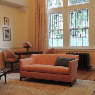 ニューヨークの小さいトランジショナルスタイルのおしゃれなLDK (黄色い壁、無垢フローリング、標準型暖炉、石材の暖炉まわり、テレビなし) の写真