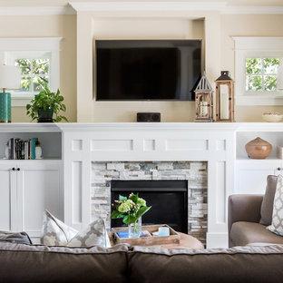 シアトルの小さいトラディショナルスタイルのおしゃれなLDK (ベージュの壁、濃色無垢フローリング、標準型暖炉、石材の暖炉まわり、壁掛け型テレビ) の写真