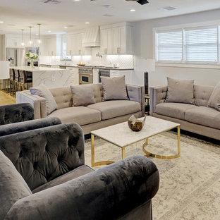 Idées déco pour un salon classique de taille moyenne et fermé avec un mur gris, un sol en bois clair, une cheminée standard, un manteau de cheminée en bois, un téléviseur fixé au mur et un sol jaune.