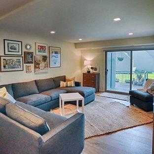 フィラデルフィアの中サイズのエクレクティックスタイルのおしゃれなLDK (ベージュの壁、竹フローリング、暖炉なし、茶色い床) の写真