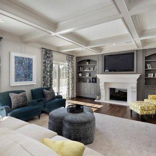 Exempel på ett mellanstort klassiskt separat vardagsrum, med ett finrum, vita väggar, mellanmörkt trägolv, en standard öppen spis, en spiselkrans i gips och en inbyggd mediavägg